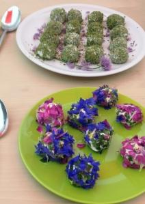 Käsebällchen mit Blüten